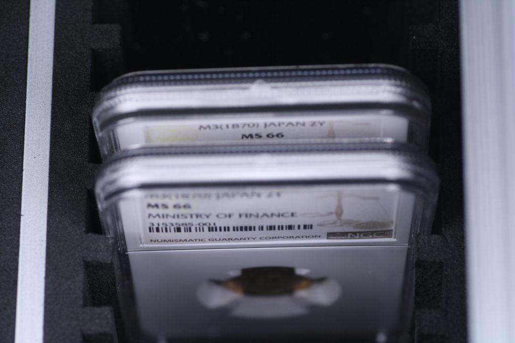 スラブコイン収納アルミケース スラブコインを50点収納可能 斜め上からラベルが見える PCGS NGC