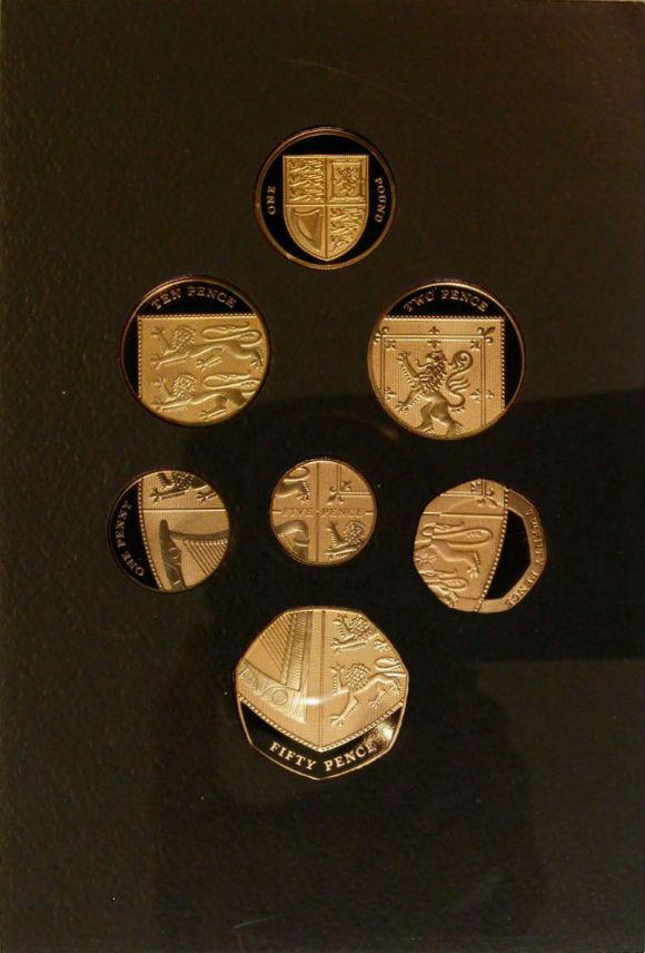 イギリス 硬貨デザイン一新 2008年 記念限定セット 全部で7点 全てゴールド 6点組み合わせてイギリス紋章 プルーフ (イギリス)王立造幣局発行 発行証明書 木箱あり・化粧箱なし